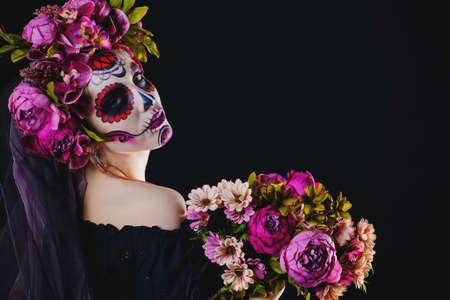 검정 배경 위에 설탕 두개골 메이크업을 가진 여자의 초상화. 칼레 베라 카 트리 나. Dia de los muertos. 죽음의 날. 할로윈.