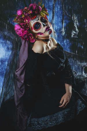 暗い背景の上に黒のドレスで Calavera Catrina。シュガースカルメイクアップ。Dia デロス祝祭死者の日ハロウィーン。