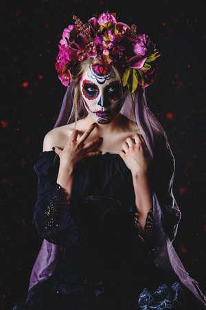 Calavera Catrina em vestido preto sobre fundo escuro. Maquiagem de caveira de açúcar. Dia de los muertos. Dia dos Mortos. Dia das Bruxas. Foto de archivo - 86329019