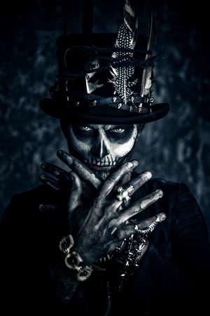 頭蓋骨の化粧品で男のクローズ アップの肖像は尾コートと、シルクハットに身を包んだ。バロン (土曜日)。男爵 Samedi。Dia デ ロス ムエルトス。死者 写真素材