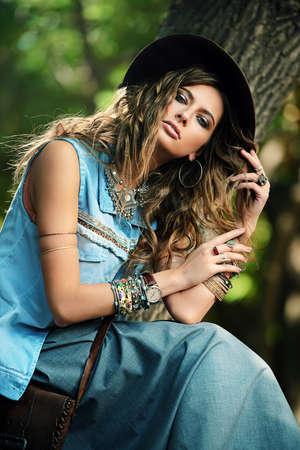 Denim stijl. Seksuele jonge vrouw poseren in jeans kleding op een straat. Schoonheid, modieuze look. Stockfoto
