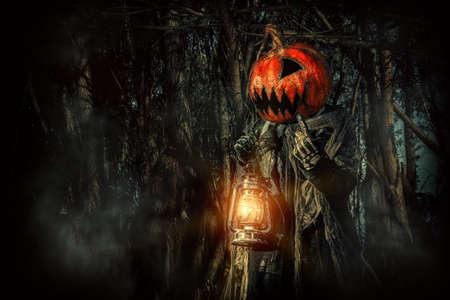 ハロウィン文字。彼の頭にカボチャでひどいジャック ランタンは夜の森をましょう。