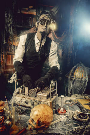 Scientist inventor steampunk werkt in zijn laboratorium. Science fiction concept. Halloween.