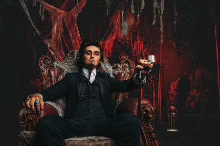 Halloween. Homme élégant Et Mystérieux, Aristocrate Dans Un