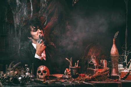 Portret van een middeleeuwse wetenschapper die in zijn laboratorium werkt. Alchimist. Halloween.