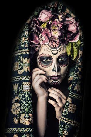 Close-up portret van Calavera Catrina. Jonge vrouw met suiker schedel make-up. Dia de los muertos. Dag van de Doden. Halloween. Stockfoto - 87665588