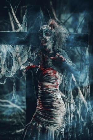 放棄された墓地死んだ花嫁女性。ゾンビの花嫁。ハロウィーン。