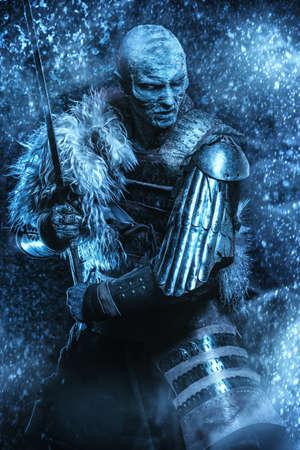 할로윈. 얼어 붙은 눈이 좀비 전사를 중세 기사의 갑옷에 덮었습니다. 스톡 콘텐츠
