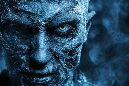 Szczegół portret człowieka zombie pokryte śniegiem. Halloween. Horror.