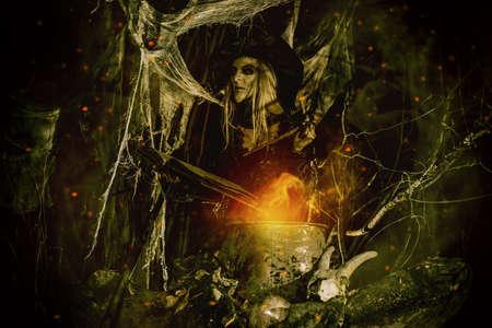 할로윈에 동화입니다. 끔찍한 못생긴 마녀가 마술 책에 주문을 쓰고 울창한 숲에서 물약을 요리합니다. 스톡 콘텐츠