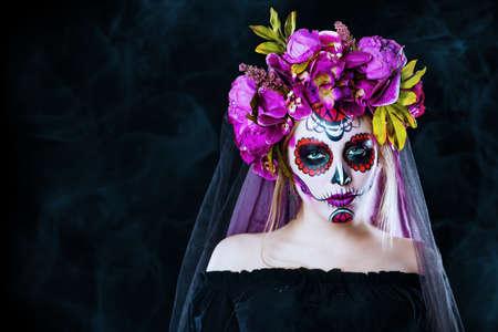 黒の背景上砂糖頭蓋骨化粧品で女の子の肖像画。カラベラ ・ カトリーナ。Dia デ ロス ムエルトス。死者の日。ハロウィーン。