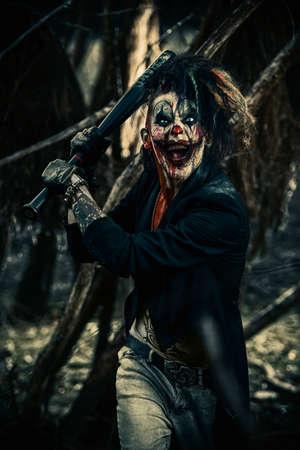 夜の森で怖いパンク ピエロ男は血まみれ。ハロウィーン。ホラー、スリラー映画。