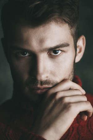 勇敢な男らしい顔でハンサムな若い男のクローズ アップの肖像画。男性の美しさ、化粧品。