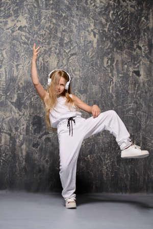 Kühles modernes Mädchen tanzt Hip-Hop. Kindermode Standard-Bild - 88925434