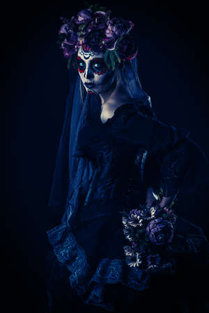 Calavera Catrina in zwarte jurk over donkere achtergrond. Suiker schedel make-up. Dia de los muertos. Dag van de Doden. Halloween. Stockfoto - 88907209