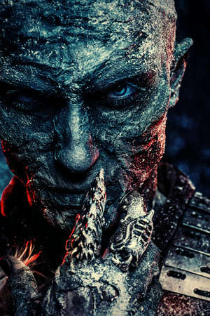 Retrato de primer plano de un hombre zombie cubierto de nieve. Víspera de Todos los Santos. Película de terror. Foto de archivo - 89097445