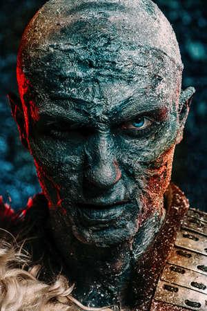 Nahaufnahmeporträt eines Zombiemannes bedeckt mit Schnee. Halloween. Horrorfilm. Standard-Bild - 89097467