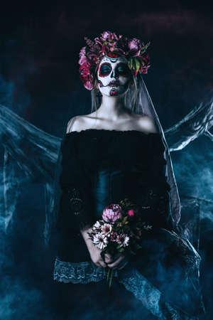 Calavera Catrina in zwarte jurk over donkere achtergrond. Suiker schedel make-up. Dia de los muertos. Dag van de Doden. Halloween.