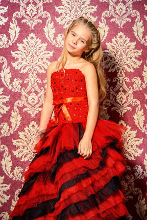 Mode-Konzept. Ziemlich Acht Jahre Alten Mädchen In Einem Schönen ...