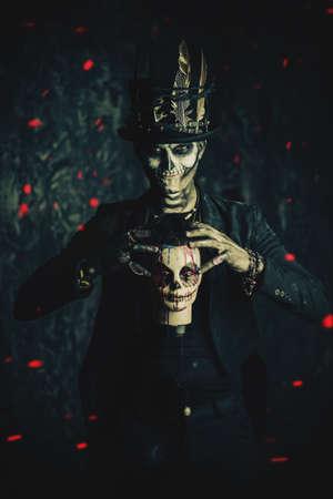 Un Hombre Con Un Maquillaje De Cráneo Vestido Con Un