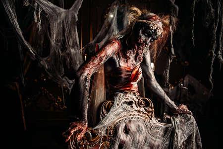 ゾンビ花嫁。放棄された古い城の血まみれの花嫁女性。ハロウィーン。ホラー。