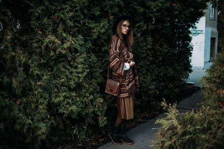 패션 쐈어. 세련 된 옷 공원에서 아름 다운 젊은 여자. Ethnics, boho 스타일. 스톡 콘텐츠 - 89712852