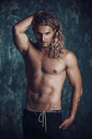 Portret van een sterke gezonde knappe atletische man. Mannelijk schoonheidsconcept. Fitness, bodybuilding. Stockfoto