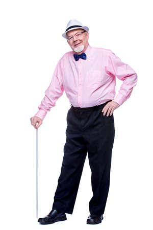 歩く棒で立っている老人。背中が痛い、放射状炎。高齢者の健康管理