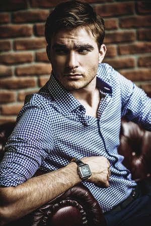 Apuesto joven mostrando su reloj de pulsera. La belleza de los hombres, la moda. Foto de archivo - 90684527