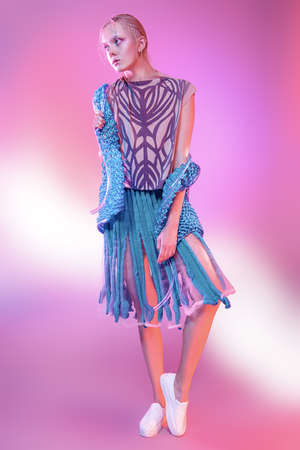 Vogue tir d & # 39 ; un modèle féminin posant à la mode. collection de maquillage portrait de pleine longueur sur fond rose . Banque d'images - 92042948