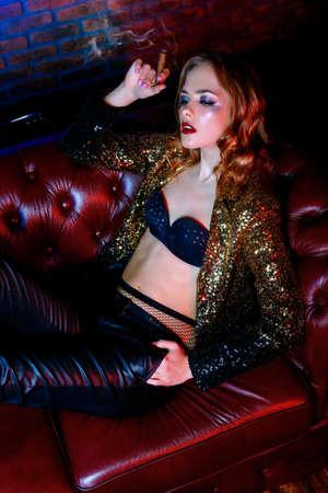 Seksuele glamoureuze meisje tijd doorbrengen in nachtclub of casino. Entertainment-industrie. Schoonheid, mode concept.