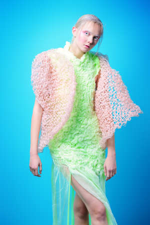 Coup de mode d'un beau modèle féminin posant dans la collection de vêtements de marque sur fond bleu. Beauté féminine. Studio tourné Banque d'images - 92652149