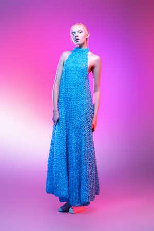 Mode tir d & # 39 ; un beau modèle féminin posant dans des vêtements de collection de sous-vêtements sur fond rose. femme féminine studio. tourné en studio Banque d'images - 93219898
