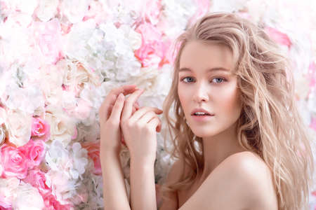 Bela jovem romântica com maquiagem natural posando em um fundo de rosas. Perfume, conceito de cosméticos. Foto de archivo - 93537753
