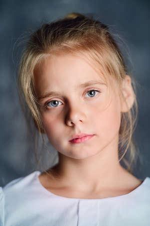 Portret van een mooi acht jaar oud meisje met kalme peinzende blik. Jeugd concept.