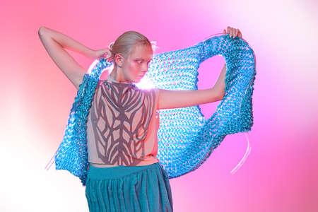 Coup de mode d'un beau modèle féminin posant dans la collection de vêtements de marque sur fond rose. Beauté féminine. Studio tourné Banque d'images - 94597501