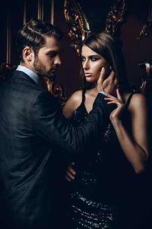 Namiętna para w eleganckich strojach wieczorowych. Luksusowe wnętrze. Strzał mody. Zdjęcie Seryjne