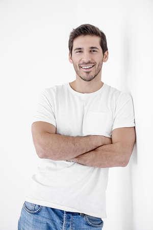 カメラを見て、笑顔で幸せな若者。男性の美しさと健康。
