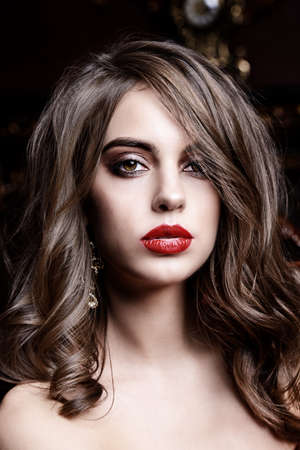 メイクアップと化粧品のコンセプト。明るいメイクアップとかなりセクシーな女の子。美しさの肖像画。スタジオショット。