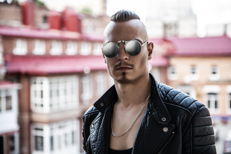 Retrato de un hombre punk en la calle de la ciudad. Moda, subcultura.