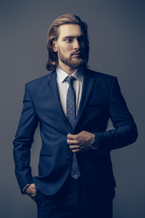 Fashion shot. Handsome young man posing in elegant blue suit and white shirt. Men's beauty, fashion. Banque d'images