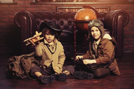 Deux garçons jouent à la maison aux voyageurs. Enfance. Fantaisie, imagination.