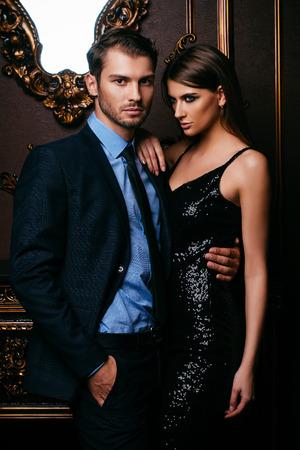 Pareja apasionada sexual en elegantes vestidos de noche. Interior lujoso. Disparo de moda. Foto de archivo
