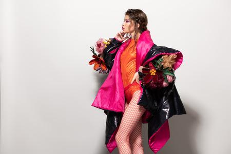 Coup de Vogue d'un modèle féminin posant au studio. Collection de mode. Portrait sur fond blanc. Banque d'images - 106687000