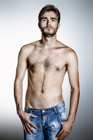 Porträt eines brutalen gutaussehenden Mannes mit Torso. Männliche Schönheit, Gesundheit.