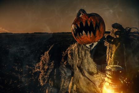 Portrait d'un Jack-lantern effrayant avec une citrouille sur la tête. Légende d'Halloween. Banque d'images