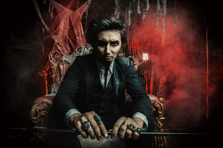 Halloween. Geheimnisvoller düsterer Mann in einem schwarzen Frack in einem alten verlassenen Schloss. Der dunkle Lord. Vampir Mann. Standard-Bild