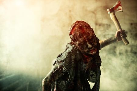 Portrait d'un zombie effrayant avec une hache. Halloween. Film d'horreur. Banque d'images