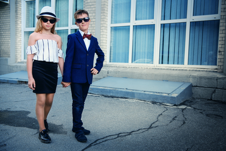 Elegant beautiful girl and boy on a city street. Childrens fashion. Stockfoto