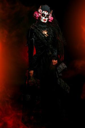 Calavera Catrina dans l'obscurité. Maquillage de crâne de sucre. Dia de los muertos. Le jour des morts. Halloween.